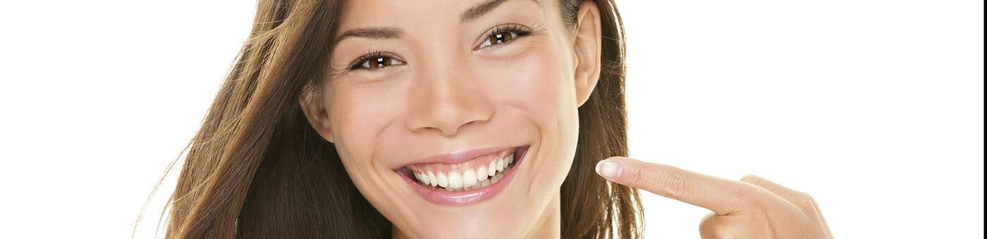 lachende Patientin nach Zahnaufhellung (Bleaching)